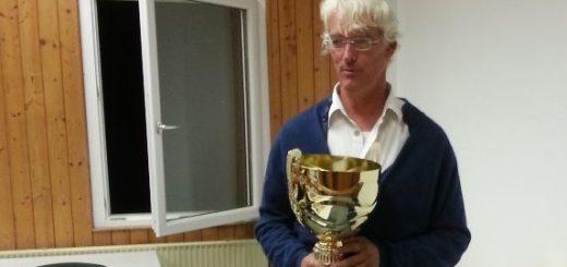 Klaus Gschwendtner mit Pokal bei der Siegerehrung in Gauting