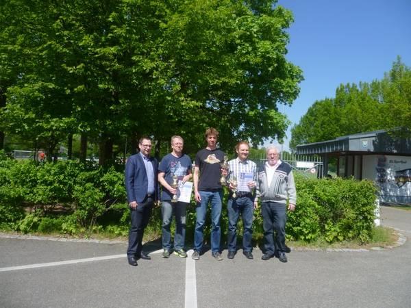 Von links: Christian de Lapuente, Vorsitzender, TSV Ingolstadt-Nord / 2. Platz: Thomas Lochte / Sieger: Sebastian Finsterwalder / 3.Platz: Thomas Niedermeier /Turnierleiter: Ernst Frey; Bild: Theo Ritter